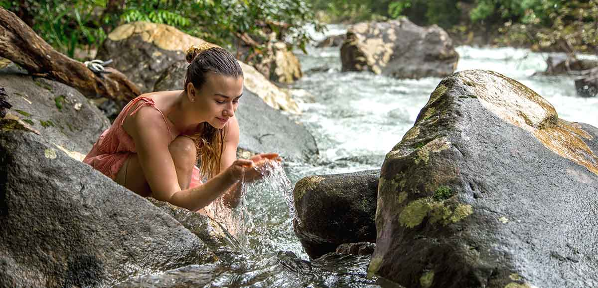 Junge Frau am Wasser