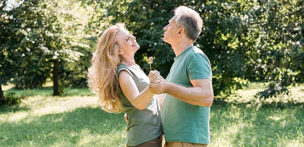 una pareja disfrutando