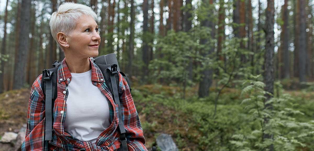 femme adulte se promenant dans les montagnes