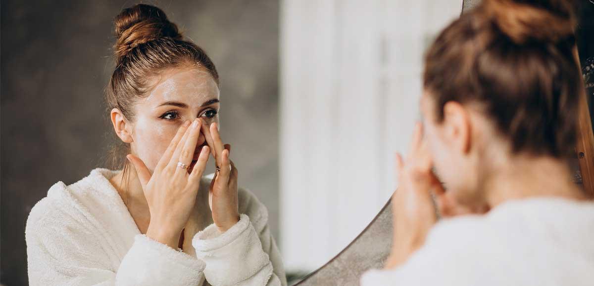 Une jeune fille se met du gel de silice organique sur le visage