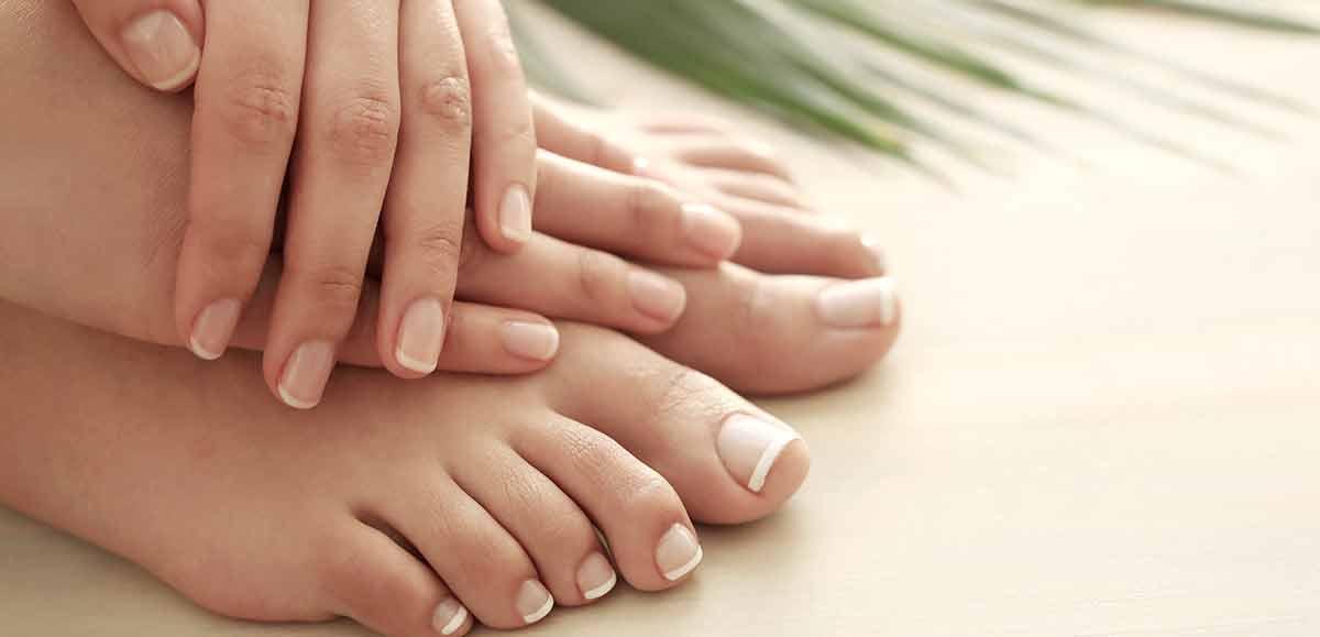 Détail des ongles des doigts et des orteils d'une fille
