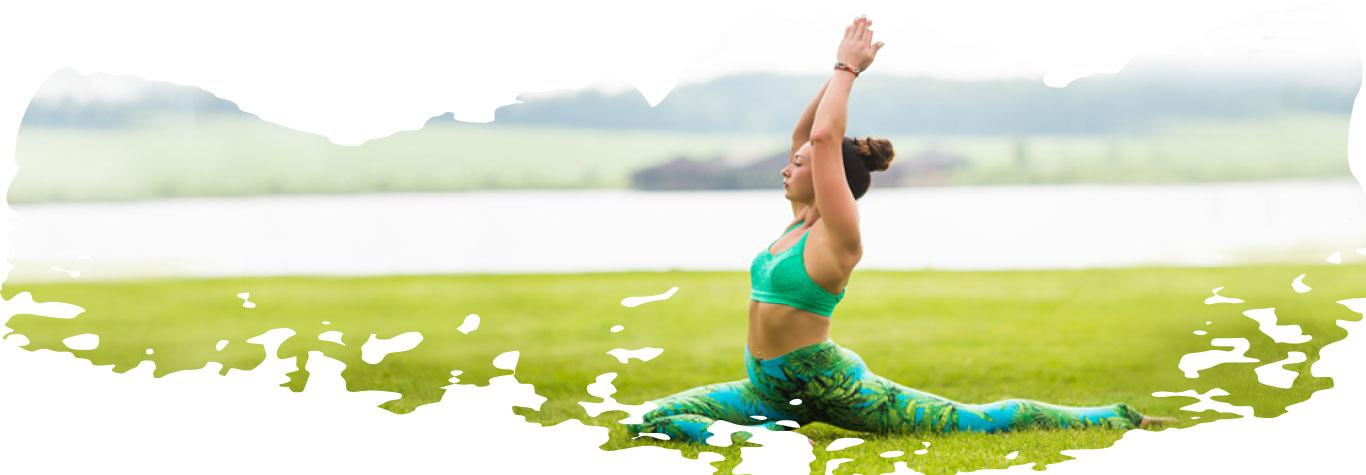 chica joven haciendo yoga en el campo