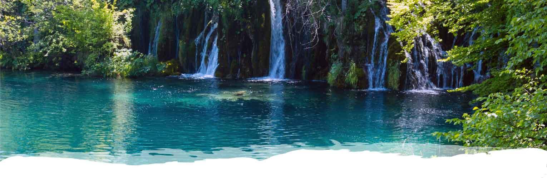 cascada natural con agua turquesa