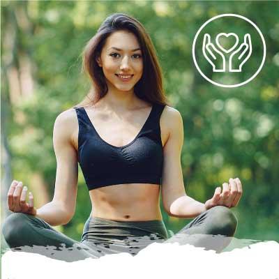 Chica haciendo yoga sonriendo