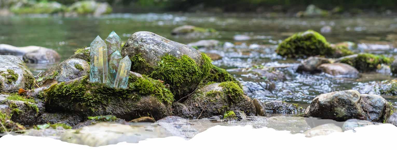 Paisaje en el bosque con rocas de silicio