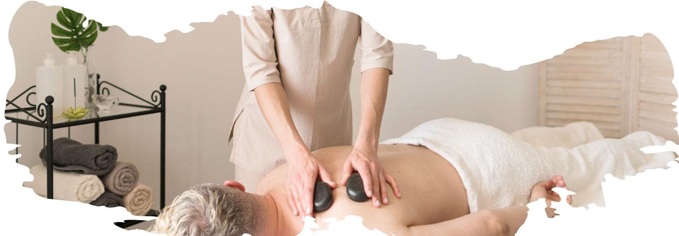 Profesional de la salud dando un masaje natural en una consulta