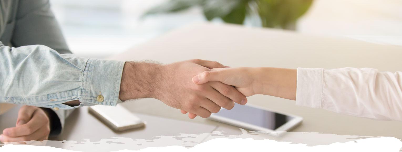 dos personas dándose la mano en señal de acuerdo
